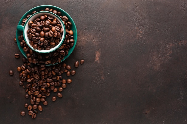Tazza vista dall'alto piena di chicchi di caffè