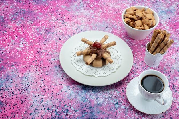 紫のデスククッキービスケット甘い色のクッキーと一緒にコーヒーのトップビューカップ