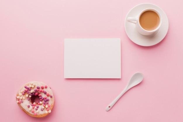 Вид сверху чашка кофе и пончик