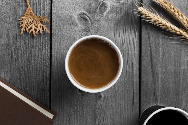 木製の背景にコーヒーのトップビューカップ