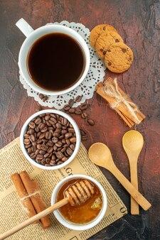 Вид сверху чашка кофе с печеньем и медом на темном фоне какао сахарное печенье цвет утренний завтрак сладкий чай