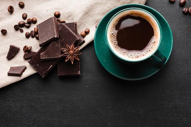 Вид сверху чашка кофе с шоколадом