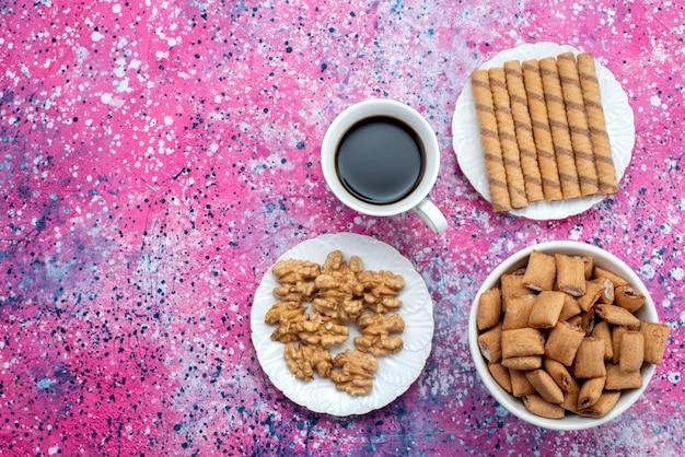 紫色の背景の甘い砂糖クッキーコーヒーにクッキーとコーヒーのトップビューカップ