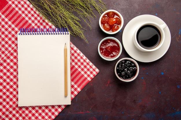 어두운 배경 과일 잼 커피 달콤한에 과일 잼 커피의 상위 뷰 컵