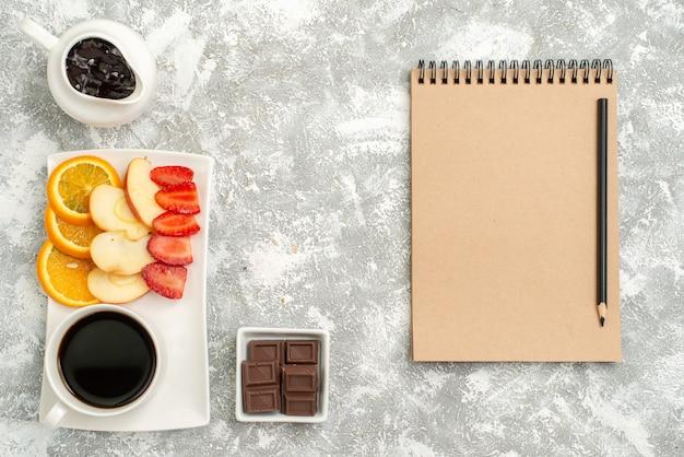 밝은 흰색 배경 과일 익은 신선한 부드러운 잼 슬라이스 사과 오렌지와 딸기와 커피의 상위 뷰 컵