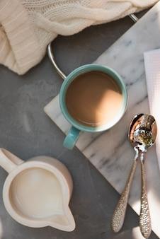 Вид сверху чашка кофе с молоком