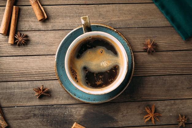 Вид сверху чашка кофе со специями