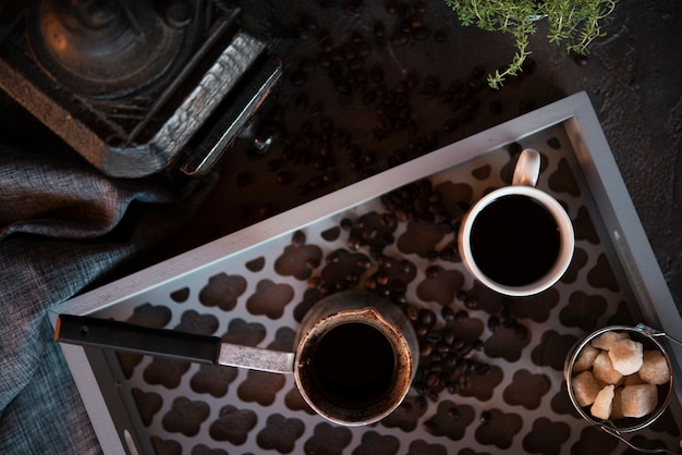 Вид сверху чашка кофе с кусочками сахара