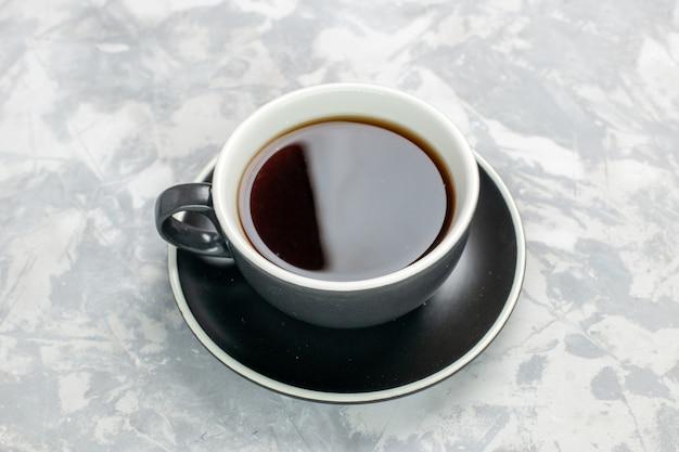 흰색 표면에 컵과 접시 안에 차의 상위 뷰 컵