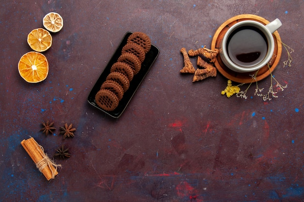 プレート内のお茶の上面図と暗い背景のお茶のカップカラー写真甘い