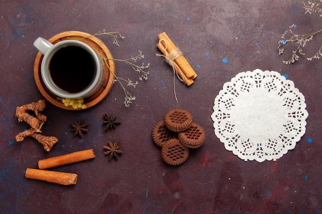 어두운 배경 차 음료 컬러 사진 달콤한 접시와 컵 안에 차의 상위 뷰 컵