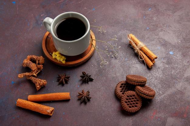 Вид сверху чашка чая внутри тарелки и чашка на темной поверхности чайный напиток цветное фото сладкое
