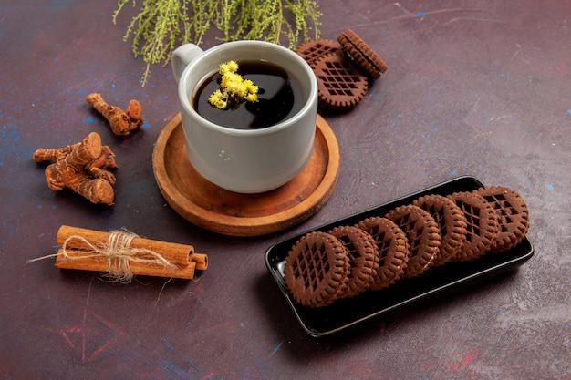プレート内のお茶の上面図と暗い表面のお茶のカップカラー写真甘い
