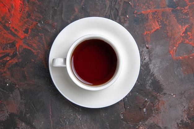 Вид сверху чашка чая на темном столе цветная темная чайная церемония