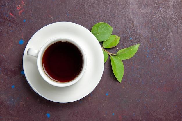 Вид сверху чашка чая на темном пространстве