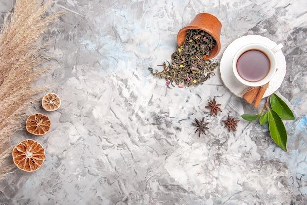 白いテーブルの上のお茶のトップビューのお茶の飲み物の色