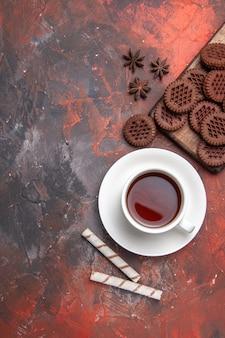 ダークテーブルカラーセレモニーティーダークにチョコクッキーとお茶のトップビューカップ