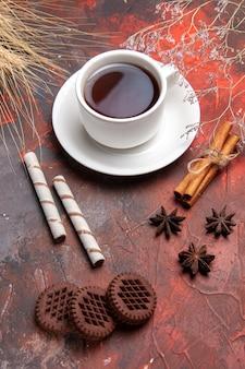 ダークテーブルビスケットティークッキーにチョコクッキーとお茶のトップビューカップ