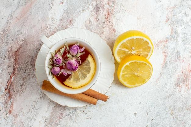 ホワイトスペースにシナモンとレモンのスライスを入れたお茶のトップビューカップ