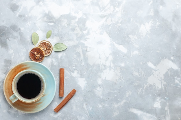 明るい背景のドリンクティーカラーデスクにシナモンとお茶のトップビューカップ