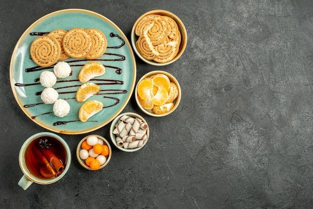 회색 테이블 쿠키 케이크 비스킷 차에 쿠키와 사탕과 차의 상위 뷰 컵