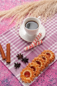 핑크 책상 비스킷 설탕 쿠키 달콤한에 쿠키와 계피와 차의 상위 뷰 컵