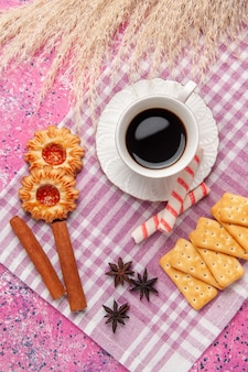 Вид сверху чашка чая с печеньем и крекерами на розовом столе, печенье, печенье, сахар, сладкая хрустящая корочка
