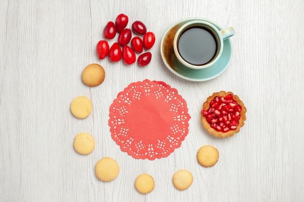 흰색 책상 차 과일 디저트 케이크에 쿠키와 과일 차의 상위 뷰 컵