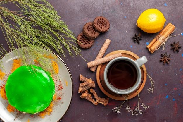 어두운 표면 차 달콤한 색상에 쿠키 케이크와 레몬 차의 상위 뷰 컵 photo