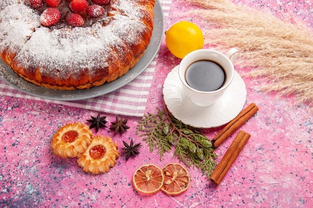 핑크 책상 쿠키 비스킷 설탕 달콤한 케이크에 쿠키 레몬 계피와 케이크와 차의 상위 뷰 컵