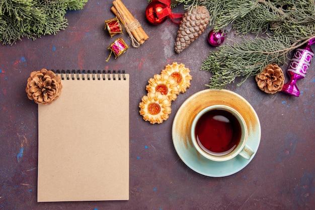 暗い机の上のクッキーとお茶のトップ ビュー ティー クッキー ビスケット ケーキ