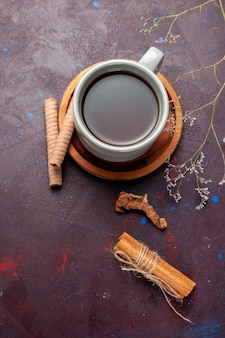 Вид сверху чашка чая с печеньем на темной поверхности, печенье, сахар, сладкое печенье, чай
