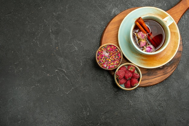 灰色の背景に花とお茶のトップビューカップ
