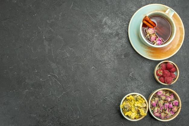 灰色の机の上に花とお茶のトップビュー茶道の花