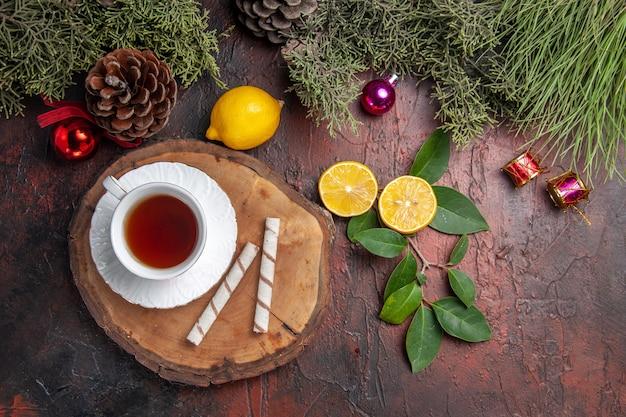 暗いテーブルにフルーツとお茶のトップビューカップフルーツティー写真暗い