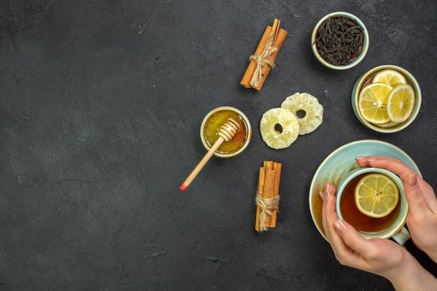 レモンスライスと蜂蜜とお茶のトップビューカップ