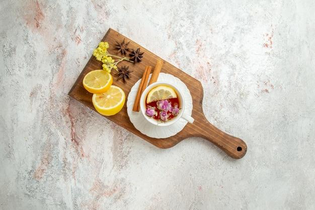 흰색 배경 차 음료 감귤류 과일에 레몬 조각과 차의 상위 뷰 컵