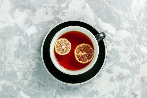 흰 벽에 레몬 조각과 차의 상위 뷰 컵 차 음료 꽃 레몬