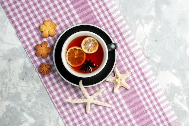 흰 벽에 레몬 조각과 차의 상위 뷰 컵 음료 차 컵 레몬