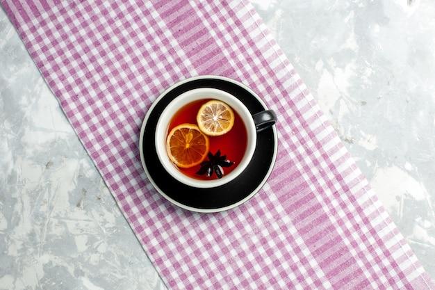 흰 벽에 레몬 조각과 차의 상위 뷰 컵 음료 차 컵