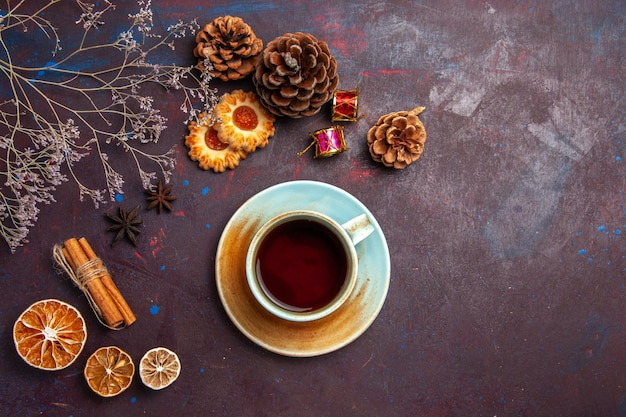 暗い背景に小さなクッキーとお茶のトップビューカップ砂糖ビスケットクッキー甘い