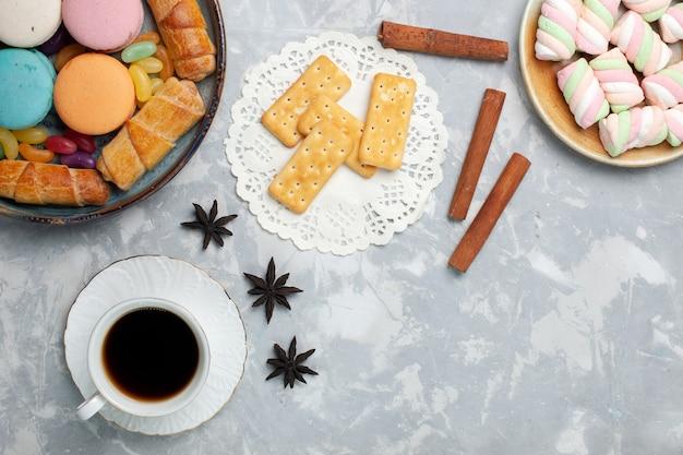 白のマカロンベーグルとお茶のトップビューカップ