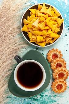 水色の表面にシュガークッキーとチップが入った上面図のお茶ビスケットシュガースウィートティーケーキパイ