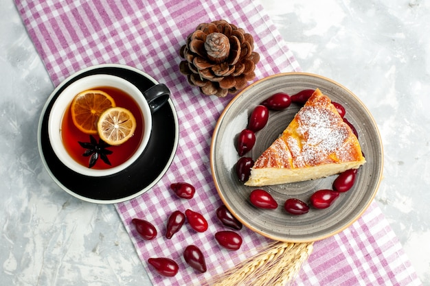 흰 벽 비스킷 설탕 케이크 달콤한 파이에 맛있는 케이크 조각과 차의 상위 뷰 컵
