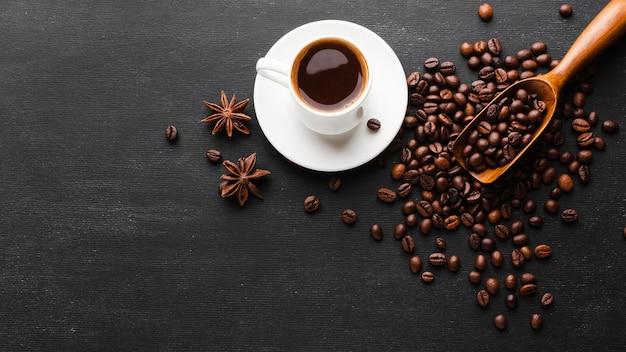 Tazza vista dall'alto circondata da chicchi di caffè
