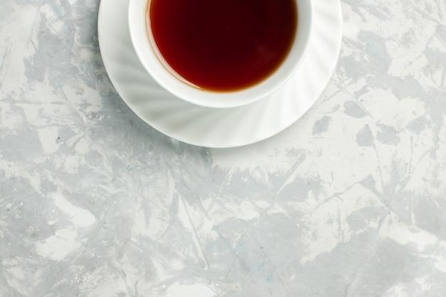 Vista dall'alto tazza di tè bevanda calda su superficie bianco chiaro