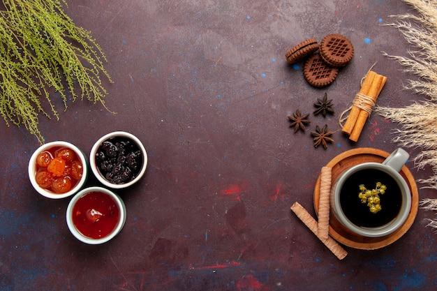 Vista dall'alto tazza di tè all'interno del piatto e tazza su sfondo scuro bevanda del tè foto a colori dolce Foto Gratuite