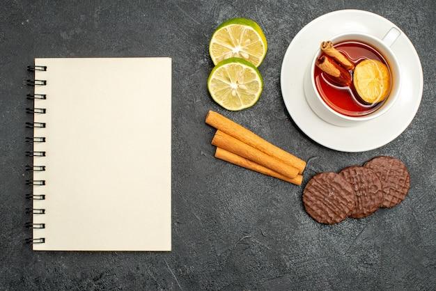 Vista dall'alto tazza di tè con biscotti e fette di limone