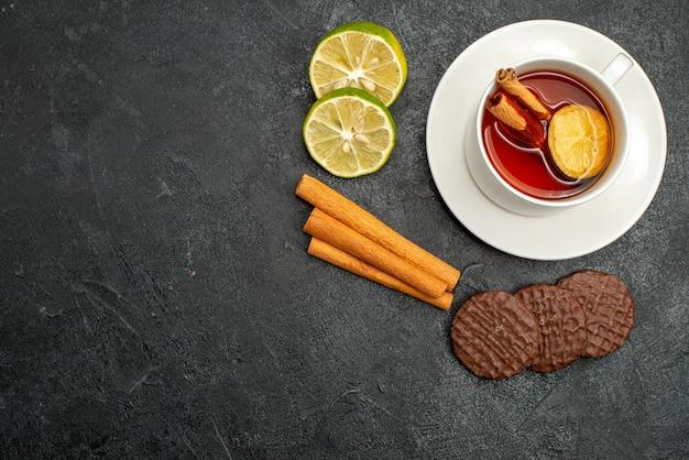 Vista dall'alto tazza di tè con biscotti e limone