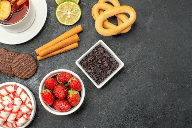 Vista dall'alto tazza di tè con biscotti e dolci